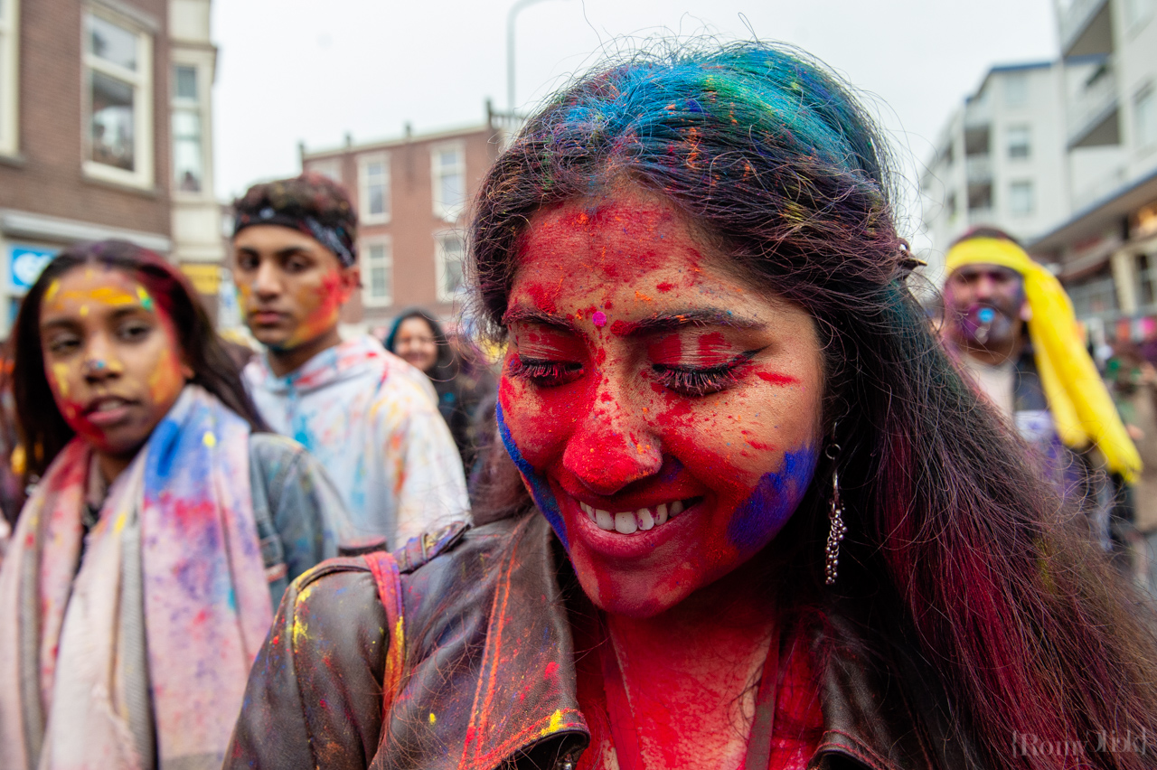 Millions of people around the world celebrate the annual Holi Hangámá Festival, also known as the Festival of Colours. For Hindus it's a celebration of the arrival of spring, the New Year and victory all in one. The largest Indian population in Europe (outside of the UK) can be found in The Hague, this is one of the largest in Europe. The highlight of the Holi celebrations is the procession through the multicultural Transvaal and Schilderswijk neighbourhoods. Participants in the procession throw brightly coloured powder on themselves and at each other to show that spring has begun. This year is also a very special celebration, they are also celebrating 145 years of the Hindustani immigration.